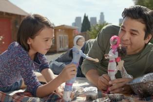 Mattel presenta la nueva campaña de Barbie, inspirada en los papás